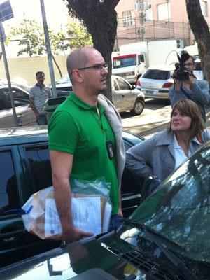 Policial recolhe documentos em prédio do Denarc (Foto: Kleber Tomaz/G1)