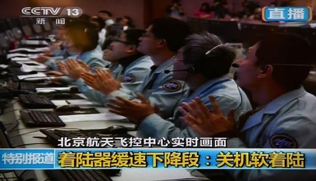 Em Pequim, cientistas chineses celebram o sucesso do pouso na Lua (Foto: AFP/CCTV)
