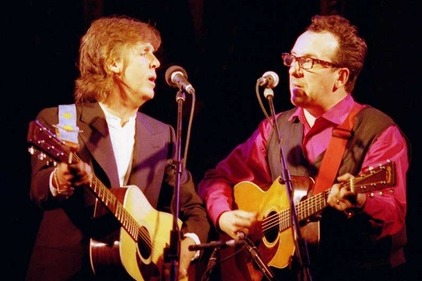 Paul McCartney com Elvis Costello nos anos 1980, época que fizeram o álbum Flowers in the dirt, que será reeditado (Foto: Reprodução)