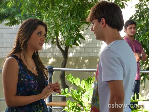 Bárbara recebe proposta e André fica de olho (Foto: Em Família/ TV Globo)