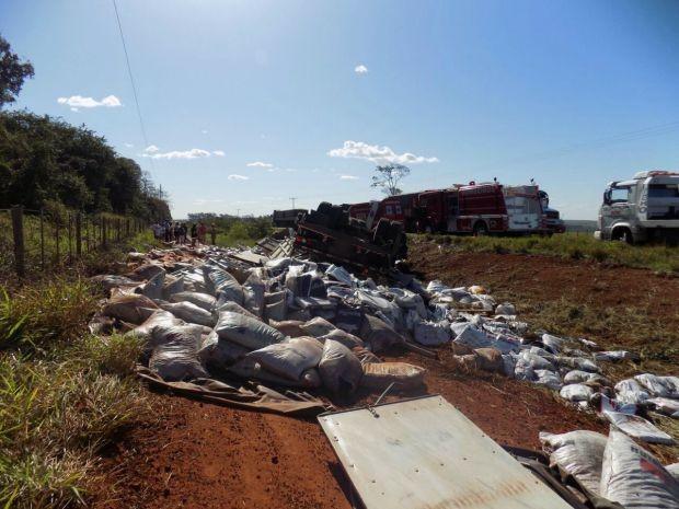 Carreta capotada na MS-395 entre Bataguassu e Brasilândia MS (Foto: Diego Oliveira/Cenário MS)