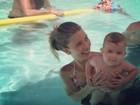 Debby Lagranha curte piscina com a filha, Maria Eduarda
