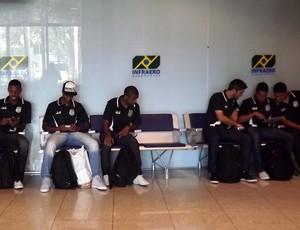 Jogadores da Ponte aguardam no Aeroporto Santos Dumont (Foto: Thiago Toledo/ PontePress)