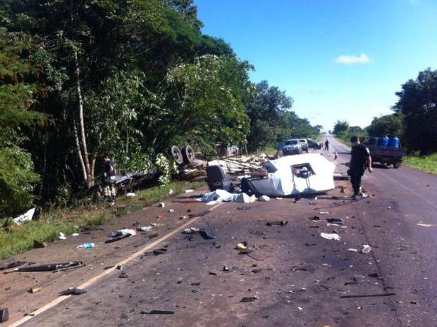 Carreta e caminhão batem de frente na BR-364 (Foto: Ivon Camillo/Alerta Notícias)