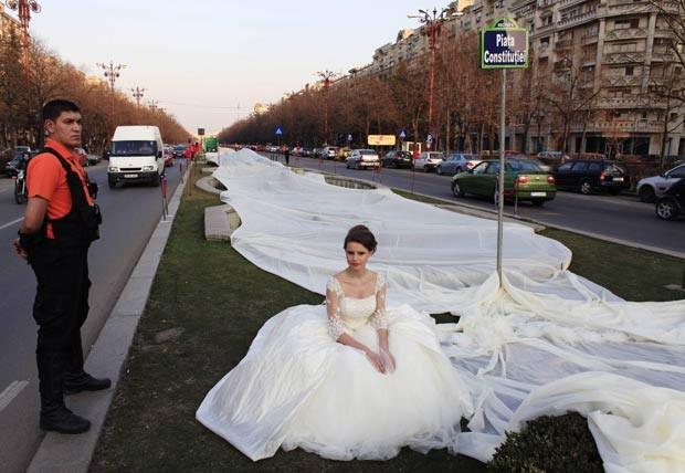 No dia 20 de março, um vestido de noiva com uma cauda de 2.750 metros foi exibido em Bucareste, na Romênia. A antiga marca era de 2.488 metros. Foram utilizados 4.700 metros de material e 1.857 agulhas. O vestido exibido pela modelo Emma levou 100 dias para ficar pronto. (Foto: Radu Sigheti/Reuters)