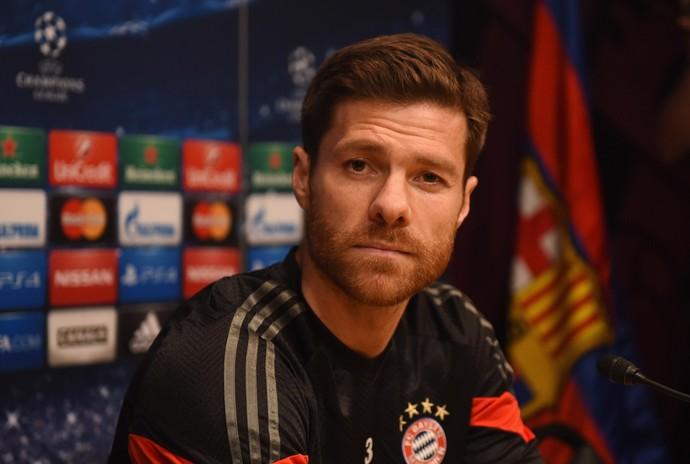 Xabi Alonso coletiva Barcelona Bayern (Foto: AFP)