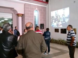 Telão foi colocado do lado de fora da Câmara de Vereadores de Caruaru para a população acompanhar a sessão sobre a votação da nova Feira da Sulanca (Foto: Joalline Nascimento/G1)