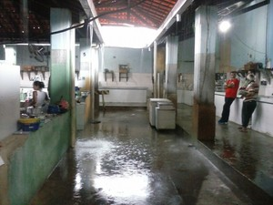 Após chuva, mercado público fica alagado em Piripiri (Foto: Francisco Júnior/Piripirinews)