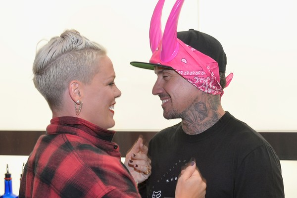 Pink brinca com o marido, Carey Hart (Foto: Getty Images)