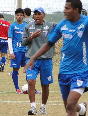 Hemerson Maria Orienta posicionamento do Avai (Foto: Alceu Atherino / Avaí FC)
