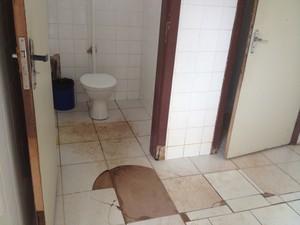Pacientes reclamam principalmente das condições de higiene dos banheiros (Foto: Aline Paiva/G1)
