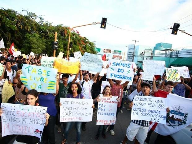 Com cartazes e apitos, manifestantes seguiram em direção às ruas do centro de Maceió (Foto: Jonathan Lins/G1)