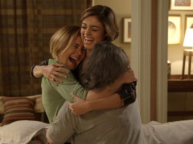 Alice chega de Paris e é recebida com carinho por Inês e Celina (Foto: TV Globo)