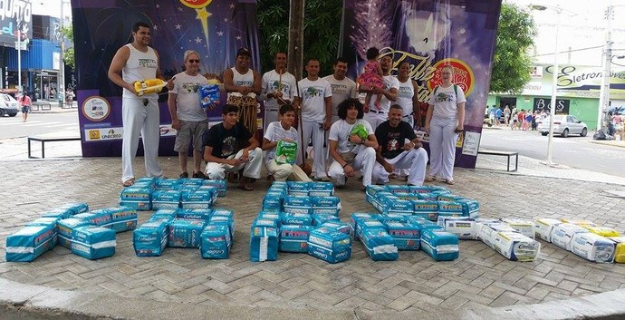 Grupo de lutadores realizam apresentação para arrecadar fraldas geriátricas   (Foto: Catarina Miranda)
