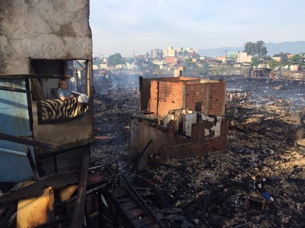 Moradores perderam suas moradias no Caminhão São Sebastião, em Santos (Foto: Solange Freitas/TV Tribuna)