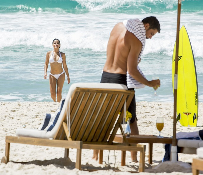 Tóia e Juliano aproveitam a boa vida na praia (Foto: Felipe Monteiro / Gshow)