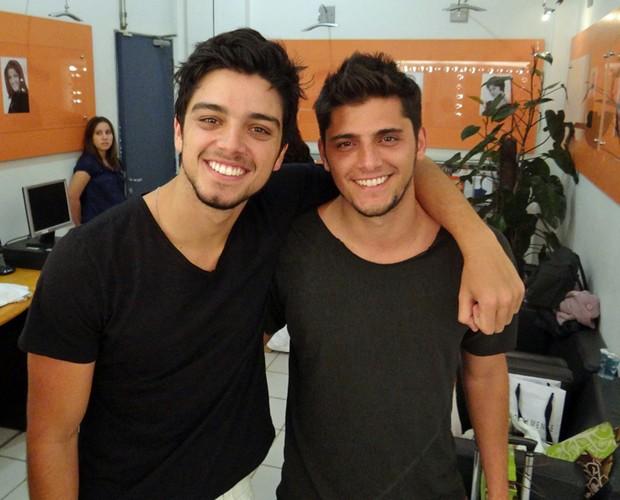 Bruno Gissoni e Rodrigo Simas antes da grande final (Foto: Domingão do Faustão/TV Globo)