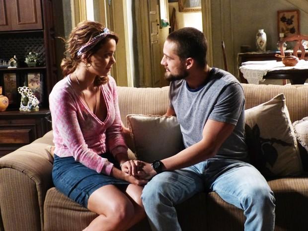 Vicente tenta convencer Cristina a ir à festa da Império (Foto: Império / TV Globo)