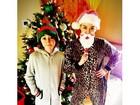 É Natal! Miley Cyrus posa de 'Papai Noel' e irmã de duende
