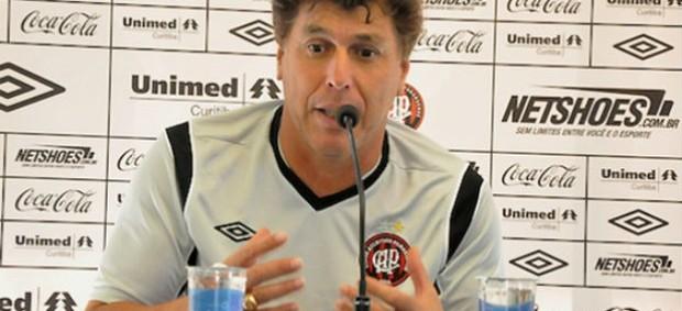 Técnico Carrasco em coletiva (Foto: Divulgação/Site oficial do Atlético-PR)