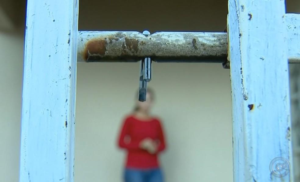 Dupla arrebentou o cadeado do portão para entrar na casa  (Foto: Reprodução / TV TEM )