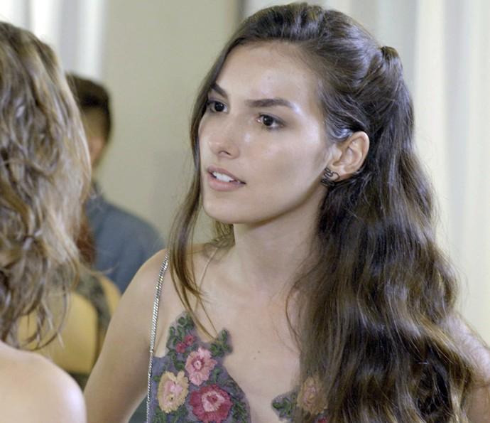 Luciana não acredita no que escuta (Foto: TV Globo)