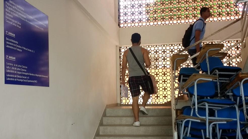 Prédio em que fica o Laboratório de Tradução não tem elevador e é preciso subir escadas para ter acesso (Foto: Krystine Carneiro/G1)