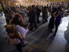 Colombianos comemoram acordo de paz dançando sob a chuva em Bogotá
