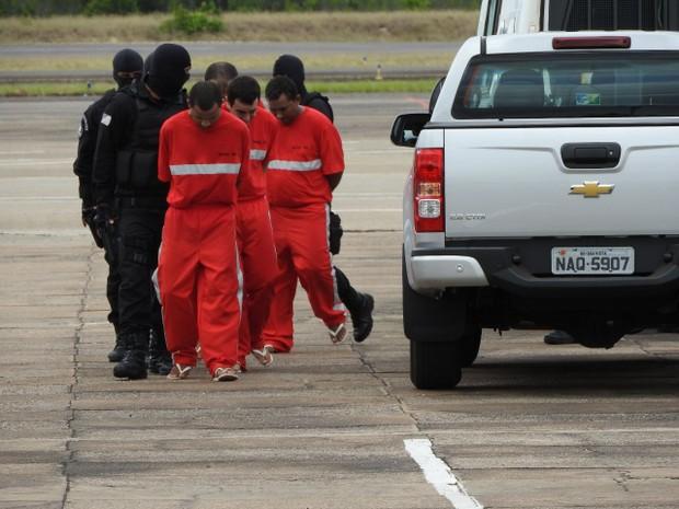 Chefes de facções são escoltados durante transferência para presídio federal em Rondônia (Foto: Jackson Félix/G1 RR)