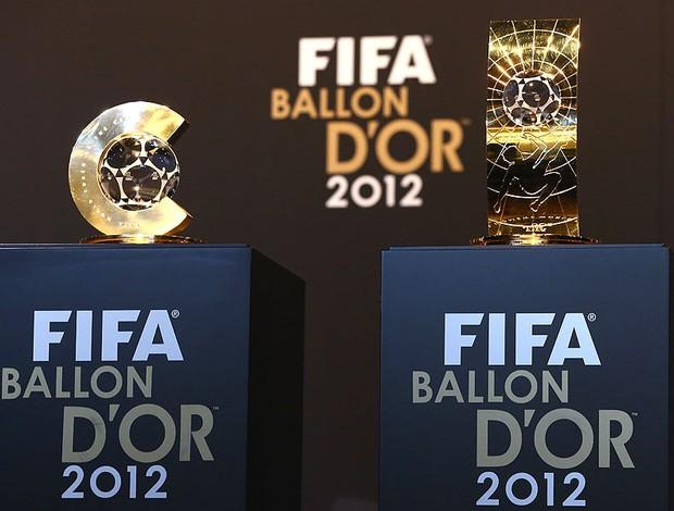 troféus Bola de Ouro melhor técnico futebol feminino e melhor jogadora (Foto: Getty Images)