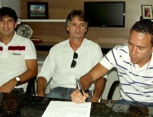 Branquinho assina contrato com o Corinthians-AL (Foto: Divulgação/W9 Sports)