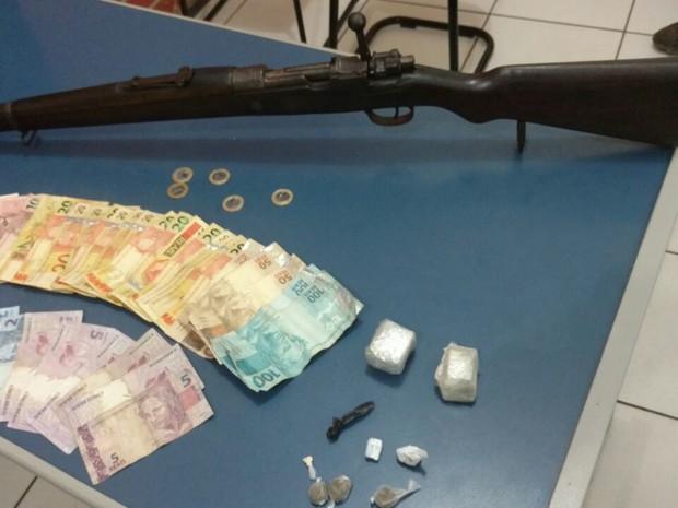 Parte dos materiais apreendidos pela Polícia Militar (Foto: Polícia Militar/Divulgação)
