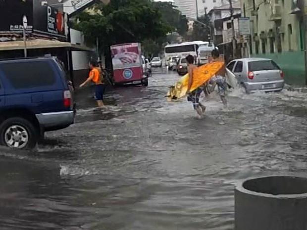 Chuva de 22 milímetros gerou pontos de alagamento em Fortaleza (Foto: TV Verdes Mares/Reprodução)