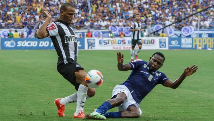 Patric e Willians, no clássico entre Cruzeiro e Atlético-MG (Foto: Bruno Cantini/CAM)