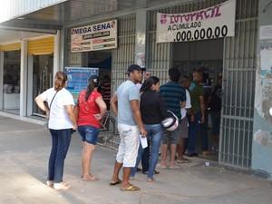 Apostadores fazem fila em lotéricas do Acre por causa da Mega da Virada (Foto: Nathacha Albuquerque/G1)