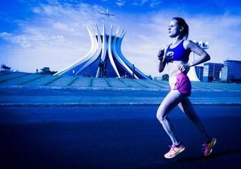 Foto (Foto: Corredora da Golden Four diante da Catedral de Brasília)