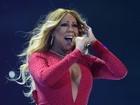 Mariah Carey usa decote ousado em show no México