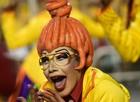 Poses curiosas flagradas nos desfiles (Nelson Almeida/AFP)