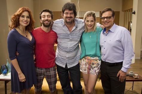 André Pellenz (ao centro) com o elenco da série (Foto: Divulgação)