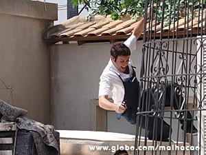 Omar despenca da sacada do prédio (Foto: Malhação / TV Globo)