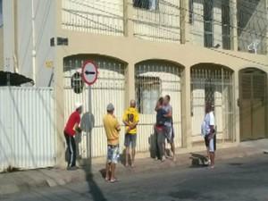 assaltante amarrado poste Rua Maestro João Pinto bairro Esplanada Divinópolis MG (Foto: Reprodução/TV Integração)