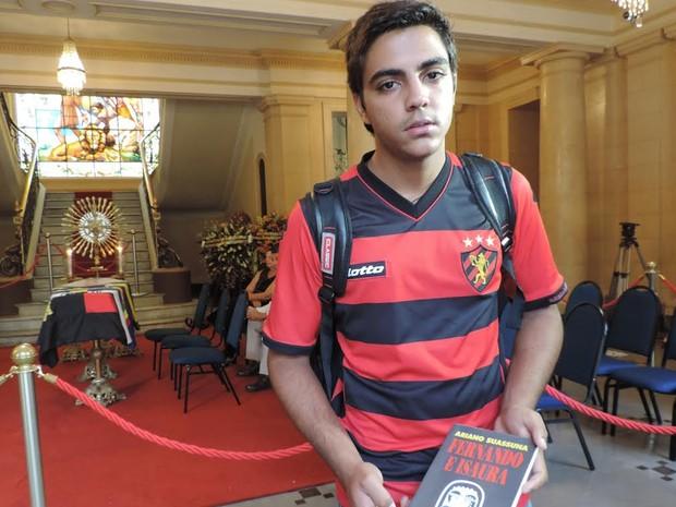 Estudante Manoel Aleixo escreve literatura de cordel e diz que se inspira em Ariano Suassuna (Foto: Moema França/G1)