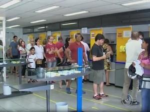 Com a greve, filas se formaram nos caixas eletrônicos (Foto: Reprodução TV TEM)