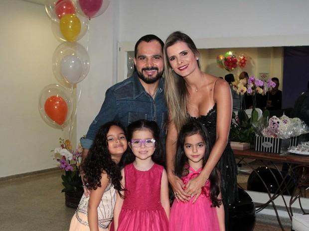 Luciano com a mulher, Flávia Camargo, com as filhas gêmeas, Helena e Isabella, e com a sobrinha Maria Eduarda em show em São Paulo (Foto: Ag. News)