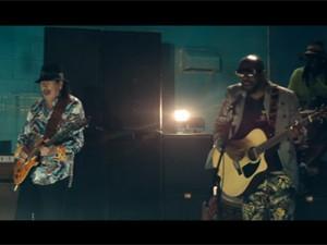 Santana e Wyclef em 'Dar um jeito' (Foto: Divulgação)
