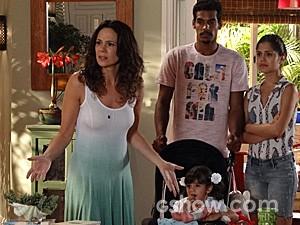 Juliana quer ficar com a criança custe o que custar (Foto: Em Família/TV Globo)