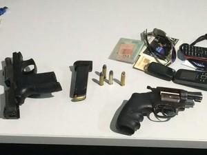 Com os suspeitos foram apreendidos armas, drogas e celulares (Foto: Walter Paparazzo/G1)