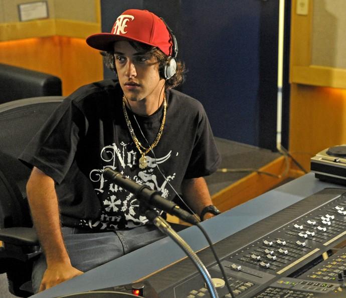 Ronny Kriwat na pele do DJ Tomás de 'Avenida Brasil' (Foto: João Cotta / TV Globo)
