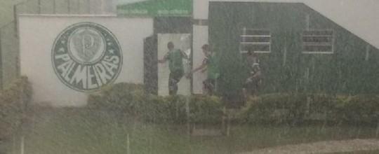 Forte chuva interrompe treino do Palmeiras na Academia (Felipe Zito)