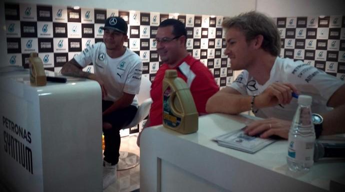 Lewis Hamilton Nico Rosberg Salão do Automóvel fãs (Foto: @MercedesAMGF1)
